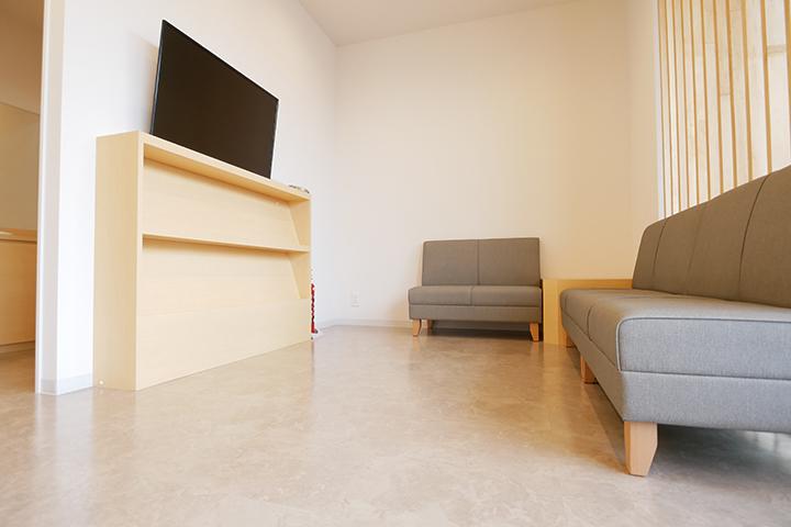 ベビーカーや車いすのままでもゆったりとお過ごしいただけるように広くスペースをとり、開放感にあふれた空間です。